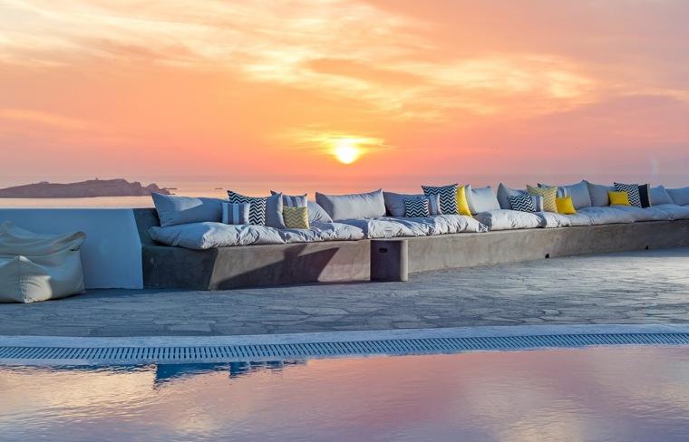 terraza grecia diseno bancos hormigon cojines ideas