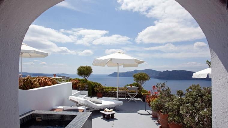 terraza grecia diseno plantas sombrilla blanca ideas