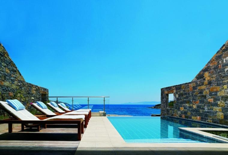 terraza grecia diseno tumbonas piscina paredes piedra ideas