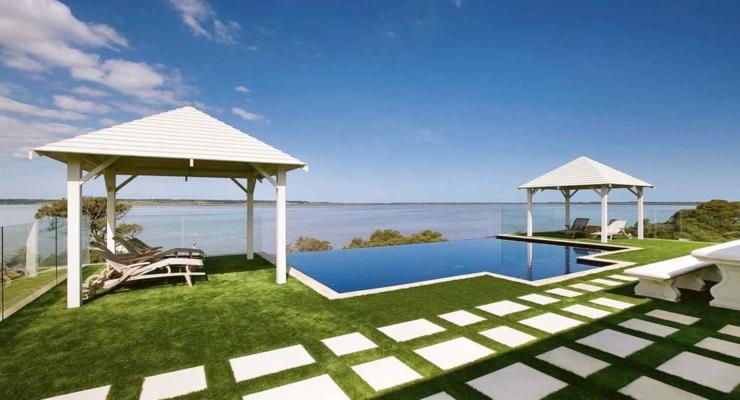 jardín aterrazado pérgolas piscina