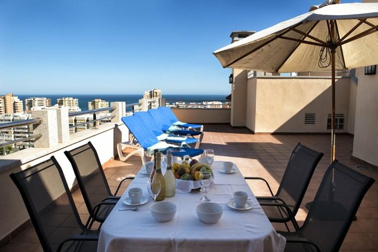 terraza sillones negros tumbonas azules ideas