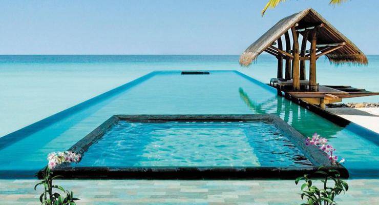 terraza estilo tropical piscina