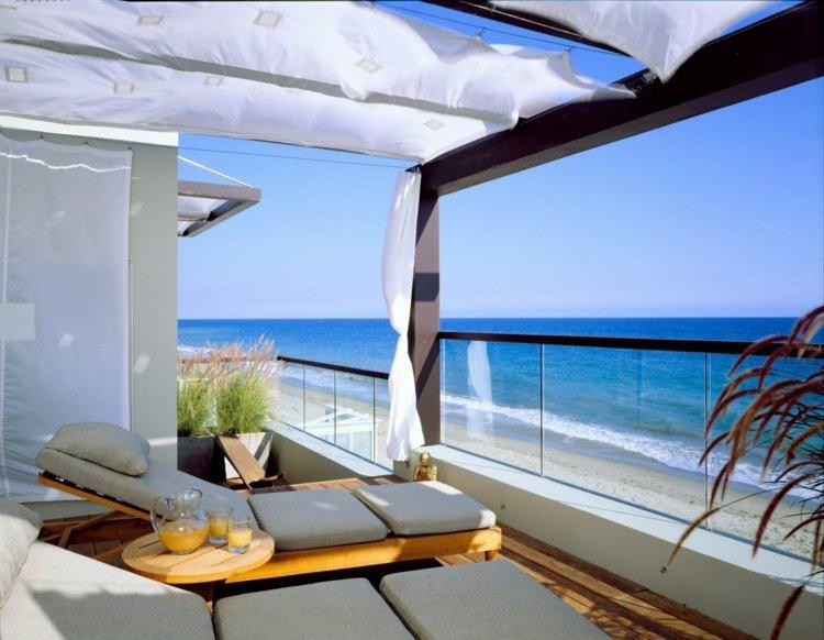 tumbonas pergola tela blanca balcon ideas