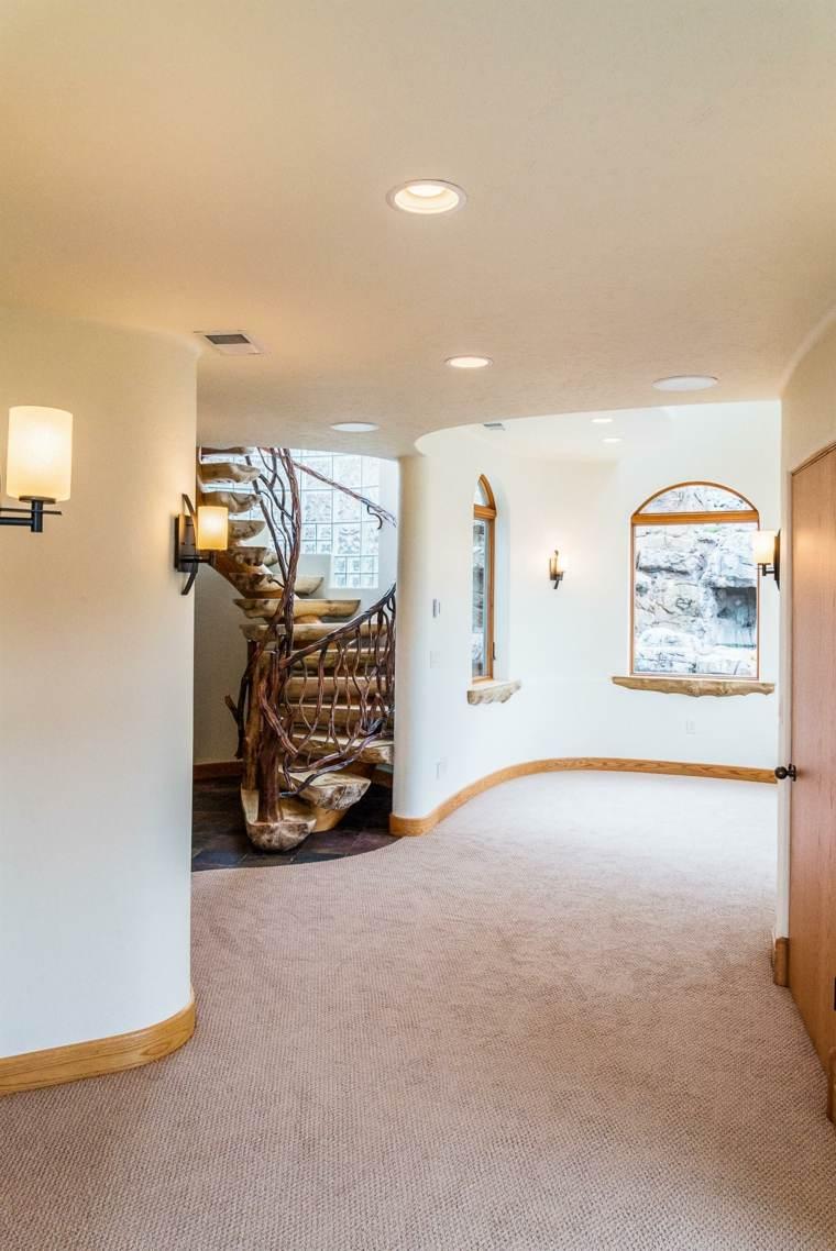 vista pasillo interior escaleras madera