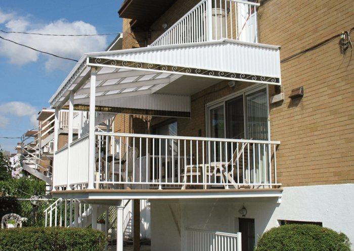 balcon proteccion cubiertas mesas blanco
