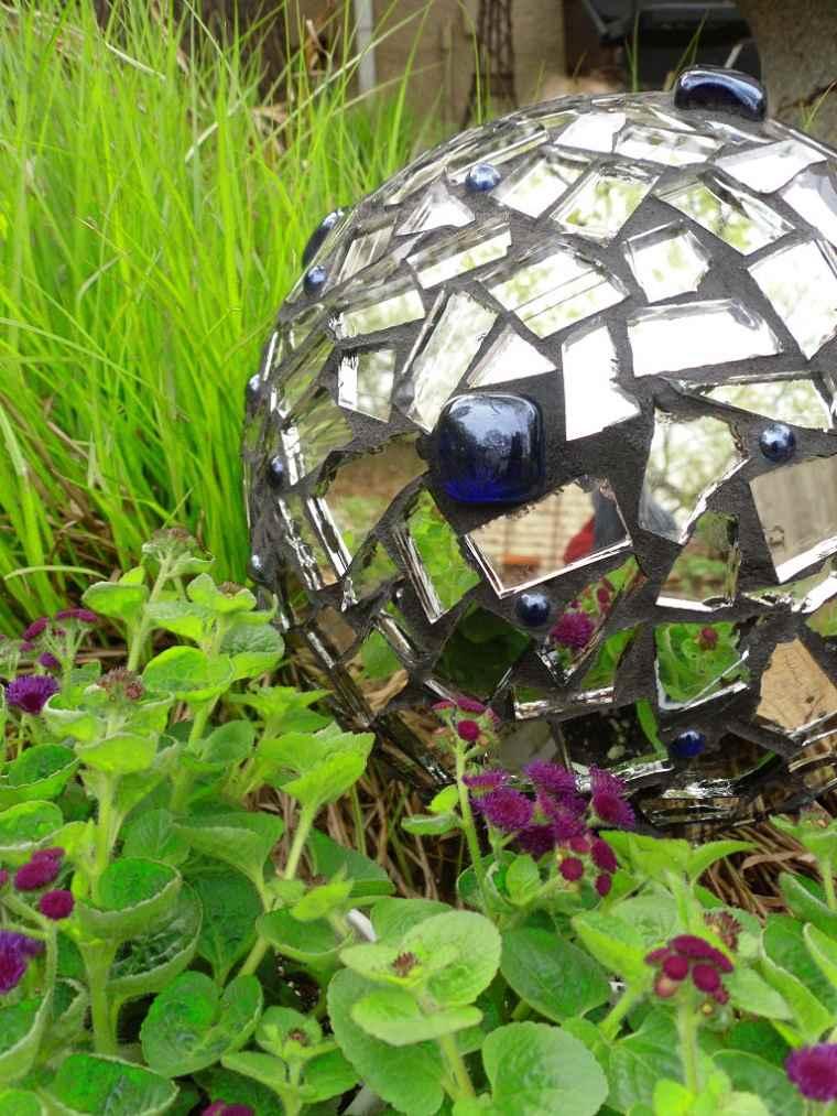 bola hormigon decorada cristales espejos jardin ideas
