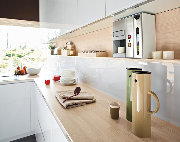 Cocina blanca encimera madera veinticuatro dise os for Encimeras de madera para cocinas