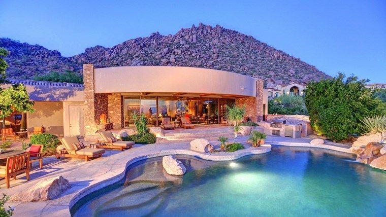 Construccion de piscinas 24 espacios de relax en el jard n for Imagenes de casas con jardin y piscina
