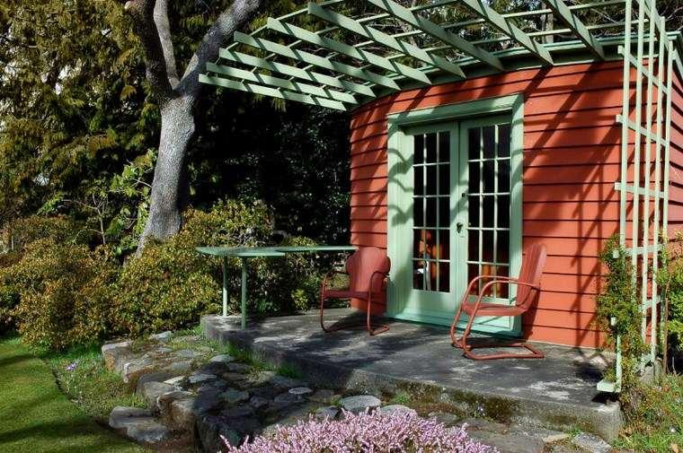 casetas de madera para jardin coloridas interesantes ideas