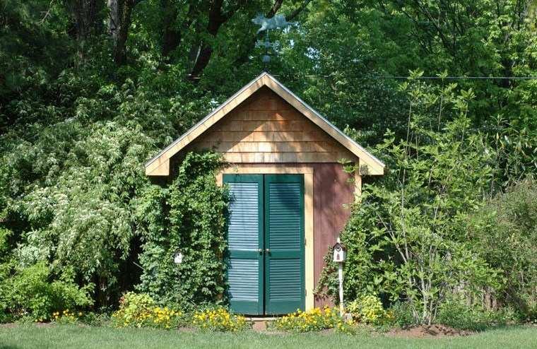 casetas de madera para jardin puertas verdes ideas