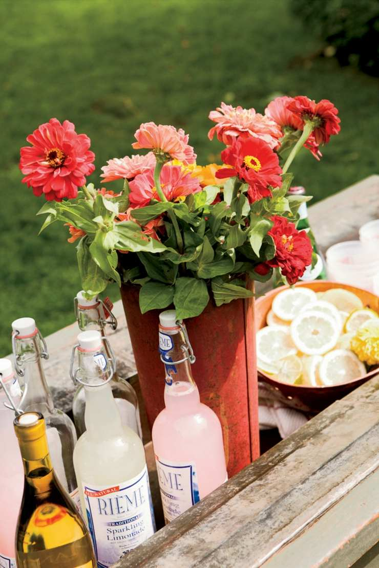 centro mesa flores primavera botellas vintage ideas