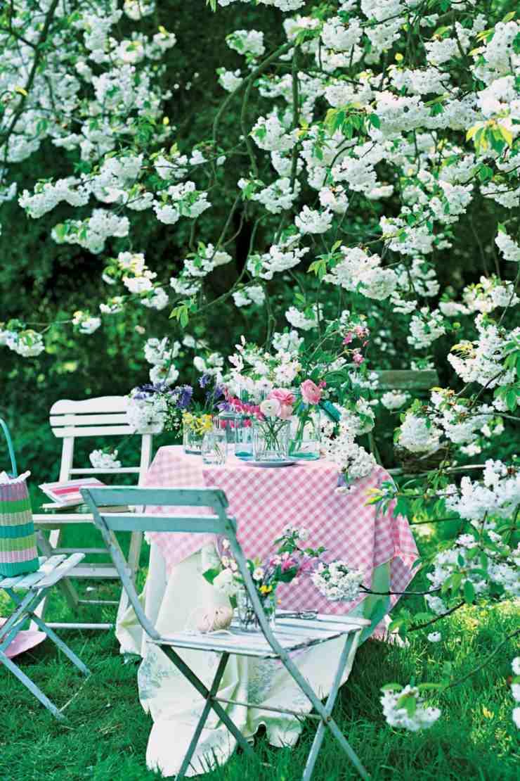 centro mesa flores primavera desayuno aire libre ideas