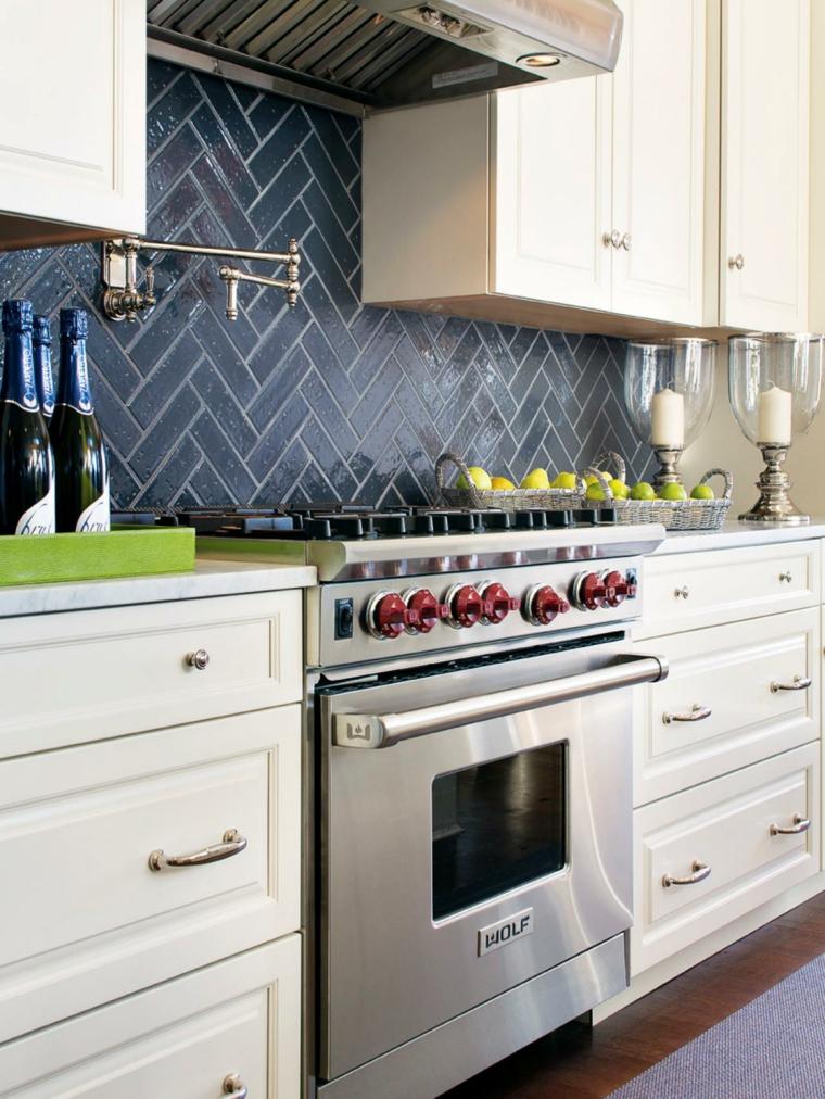 cocina blanca salpicadero color negro