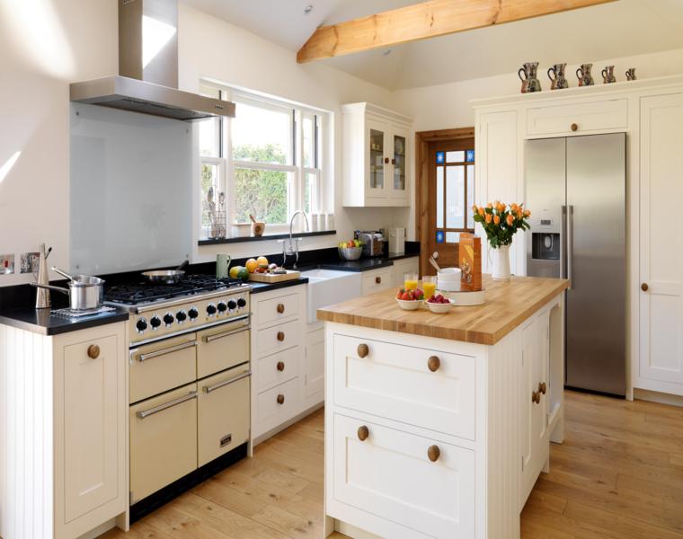 Cocina blanca encimera madera veinticuatro dise os for Modelos de islas de cocina modernas