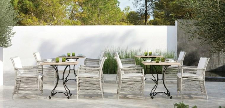 terraza sillas mimbre mesas madera