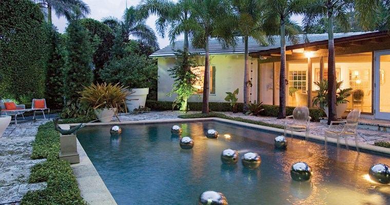 construccion de piscinas diseno original jardin bolas flotantes ideas