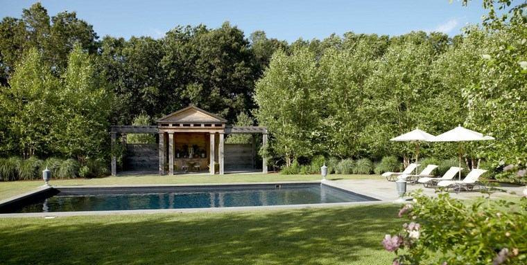 Jardín muy amplio con diseño simple y piscina con forma rectangular