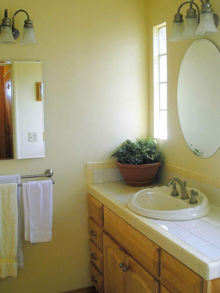 Ba os de color amarillo muebles y accesorios brillantes for Pictures of beautiful small bathrooms