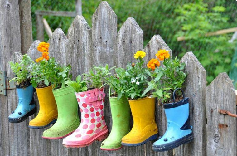 ideas originales decorar botas macetas valla