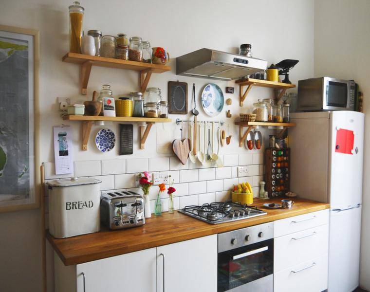 Cocina blanca encimera madera veinticuatro dise os - Muebles de cocina estilo retro ...