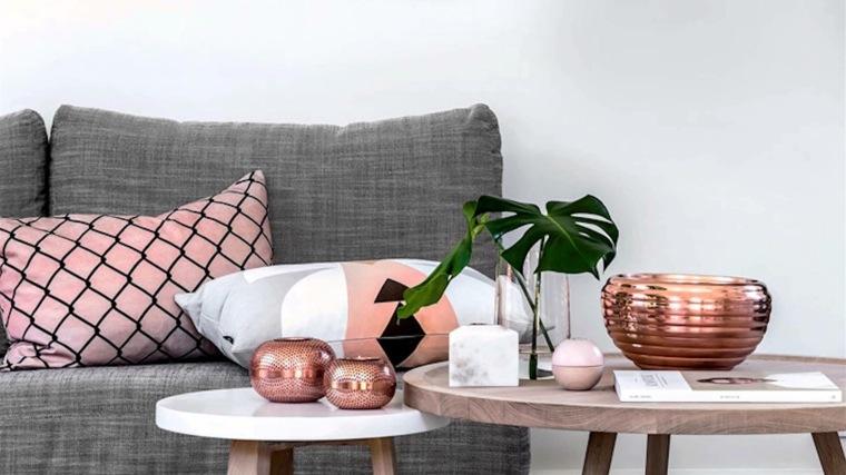 deco cojines sofá tonos rosados