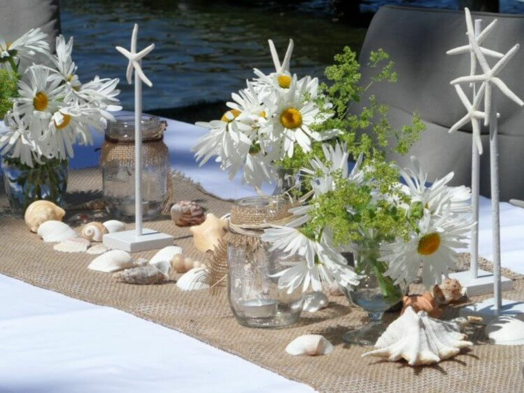 decoración mesa arpillera conchas