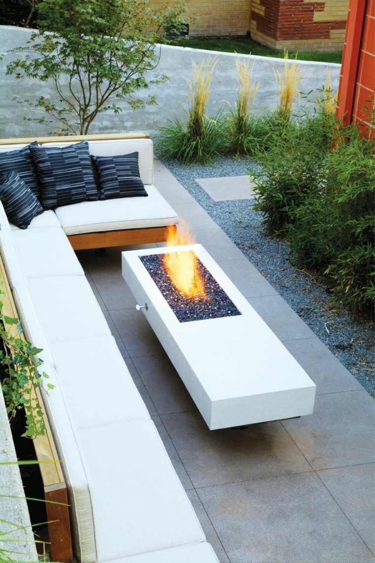 decorar terraza pequena mesa blanca lugar fuego ideas