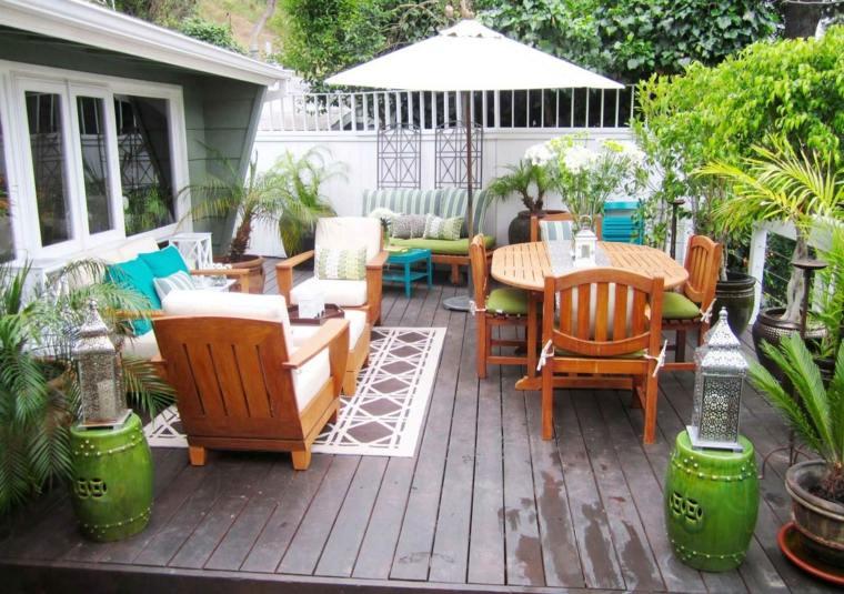 decorar terraza pequena suelo muebles madera colorido ideas