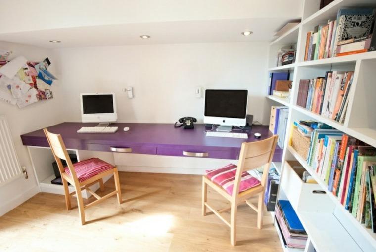 escritorio mesa superficie morada sillas