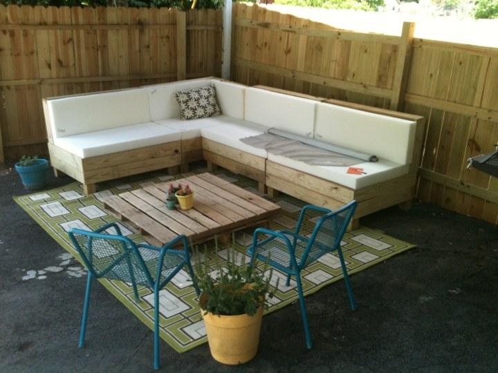 Muebles jardin con palets adaptados a diferentes entornos for Sillones de patio de madera