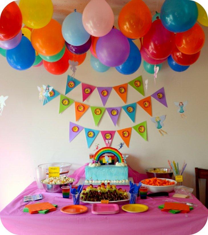 ideas decoracion cumpleaños coloridos esferas techo