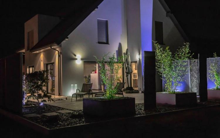 Iluminacion exterior jardines llenos de vida y color - Iluminacion para jardines exteriores ...