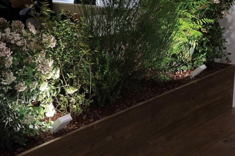 iluminacion exterior jardines madera acentos flores