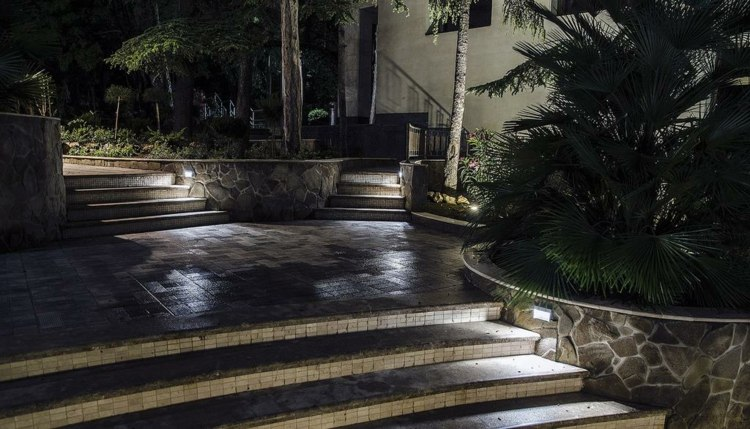 Iluminacion exterior jardines llenos de vida y color.