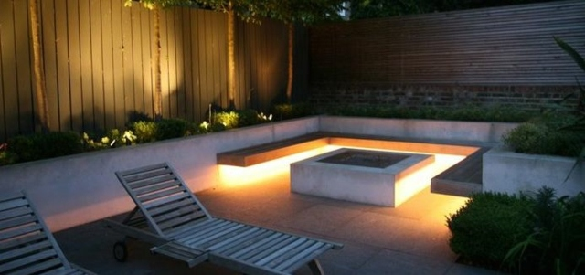 Inner City Backyard Ideas : Pozo de fuego en el jard?n y bancos de madera con tiras LED debajo