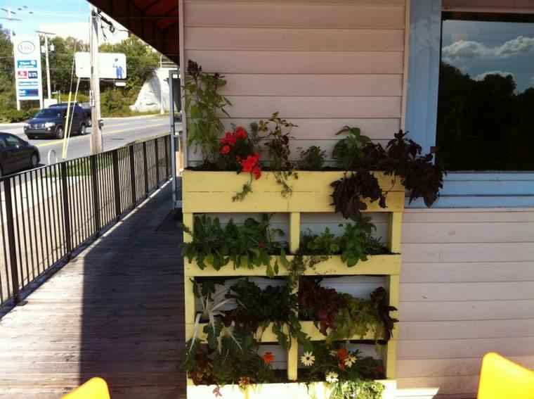 jardin vertical con palets balcones amplios flores