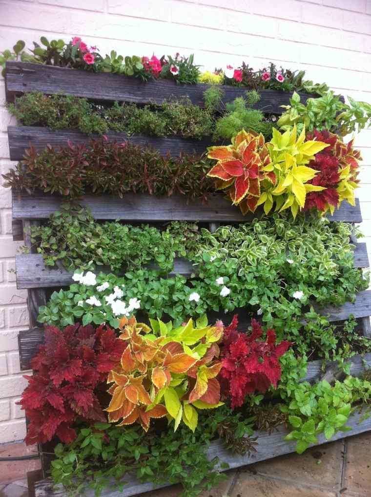 jardin vertical con palets coloridos compuestos colores