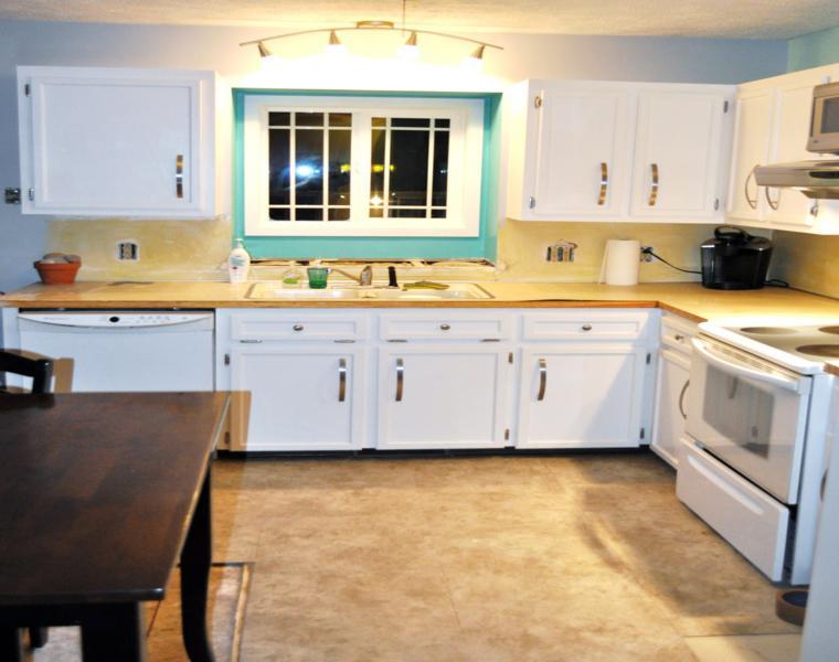 Cocina blanca encimera madera veinticuatro dise os for Disenos de cocinas de madera