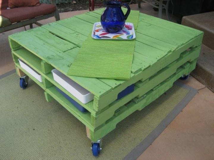 muebles jardin con palets azules jarrones ruedas