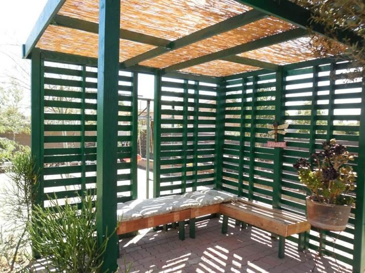muebles jardin con palets verdes plantas verdes