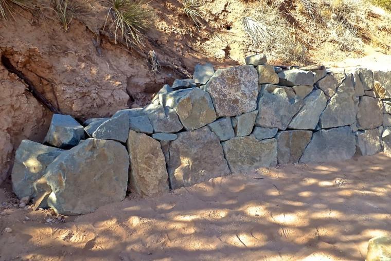 muro rocas piedras secas contencion