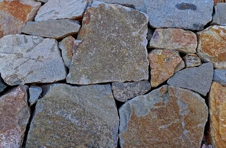 muro contención rocas grandes moderno
