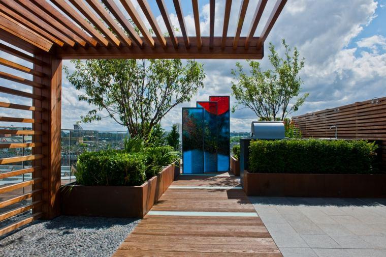 diseño de terraza de Chelsea Creek Dockside House con escultura de Leyla Murr