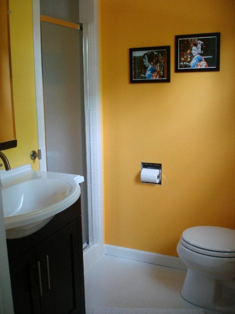 Baños Amarillos Pequenos:Una pintura de pared de color ocre o mostaza puede ir genial en los