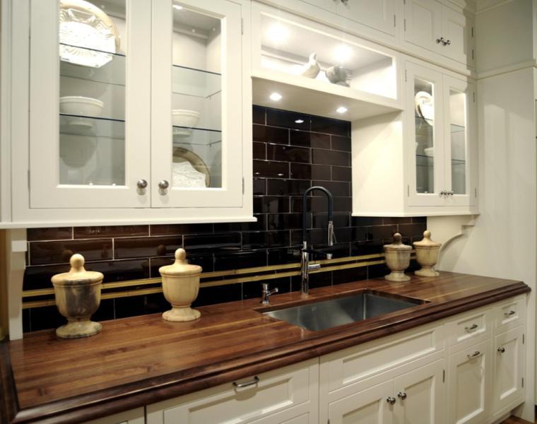 Cocina blanca encimera madera veinticuatro dise os - Azulejo negro ...