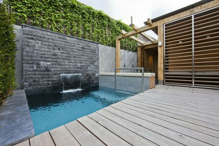 piscina moderna muro fuente cascada