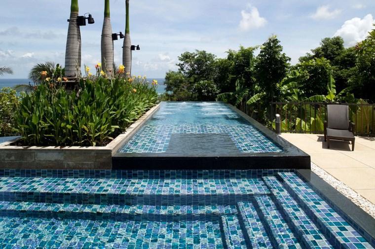 Construccion de piscinas 24 espacios de relax en el jard n - Losas para piscinas ...