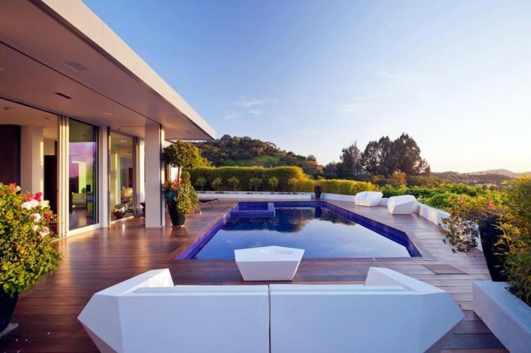 terraza amplia suelo madera piscina muebles blancos ideas