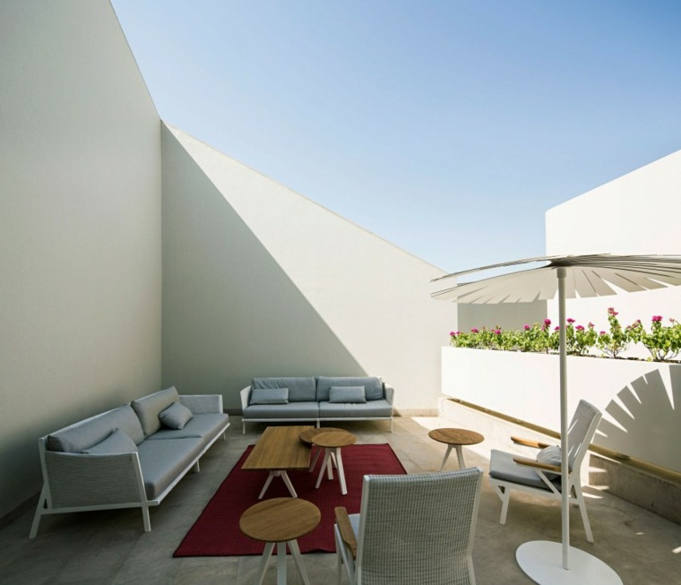 terrazas exteriores modernas diseno mesitas madera sombrilla ideas