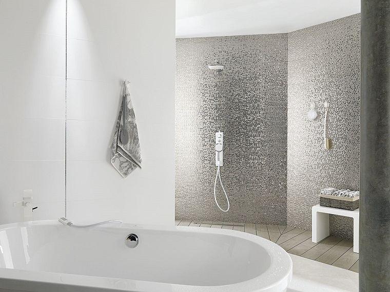 Azulejos para baños con toques metálicos